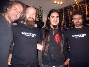 Marín con el personal de George y Monster Guitar