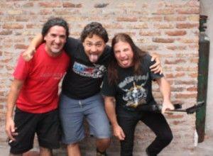 """Carlos, Ñako y Tano resistiendo """"el manoseo imperial"""". Foto: C. Smith"""