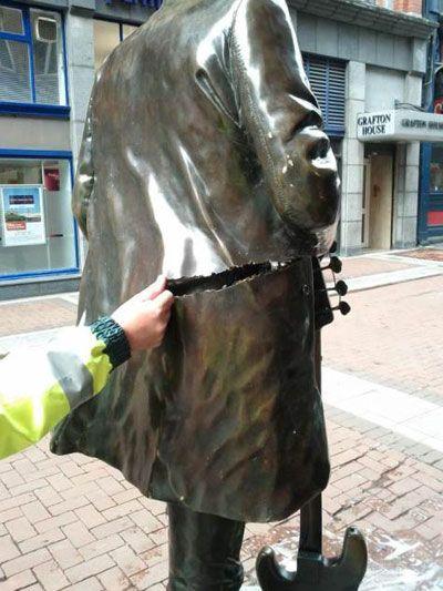 La estatua de Phil Lynott, dañada