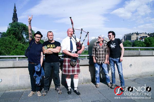 El Drogas y su banda paseando por Edimburgo