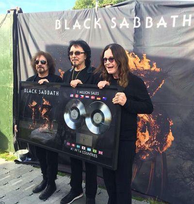 Black Sabbath recogiendo su disco de platino por '13' en Hyde Park