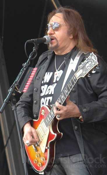 Ace Frehley interpretando en directo
