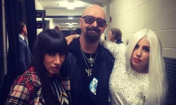 Foto de Rob Halford, cantante de Judas Priest, posando con Lady Gaga
