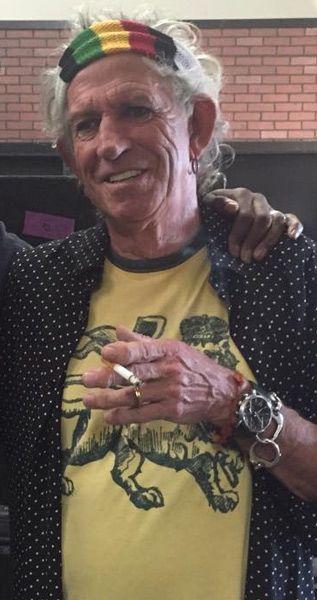 Keith Richards, el guitarrista de los Rolling Stones, fumando un cigarro