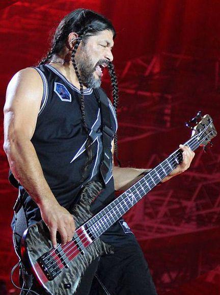 Robert Trujillo tocando el bajo en directo con Metallica