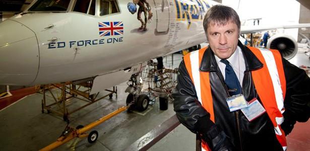 Bruce Dickinson junto a su avión de la gira de 'The Final Frontier', Ed Force One