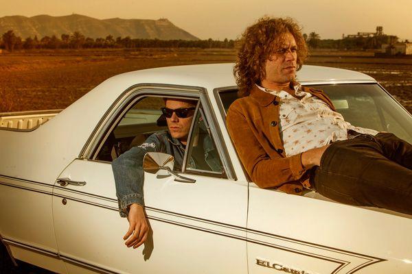 Foto promocional de Los Zigarros, sobre un coche en el desierto (2016)