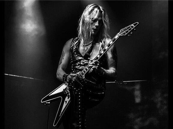 Richie Faulkner, guitarrista de Judas Priest en una actuación en directo