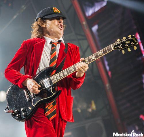 Angus Young tocando con AC/DC y Axl Rose en el Estadio de La Cartuja de Sevilla (10 de mayo)