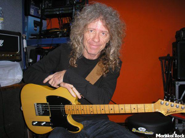 Manolo Arias de Atlas en el local de ensayo con su guitarra estilo telecaster