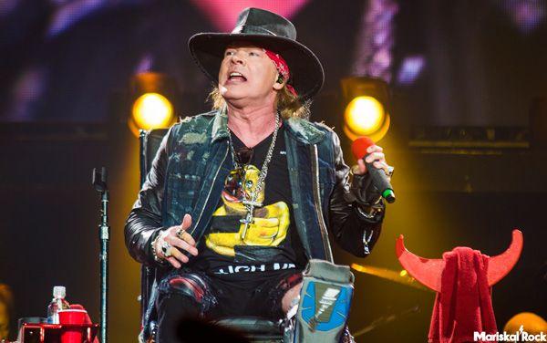 Axl Rose cantando durante el concierto de AC/DC en Sevilla en el Estadio de La Cartuja (10 de mayo)