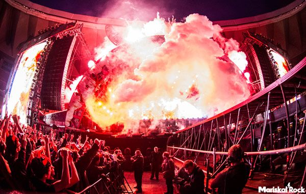 Escenario con luces, efectos y fuego de AC/DC con Axl Rose en el estadio de La Cartuja de Sevilla el pasado 10 de mayo