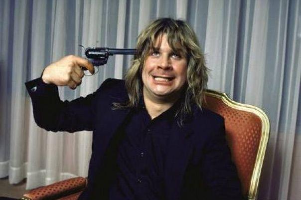 Ozzy Osbourne en una imagen de archivo con una pistola en la cabeza