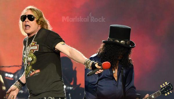 Axl Rose, vocalsita, y Slash, guitarrista, de Guns N' Roses en Bilbao (2017)